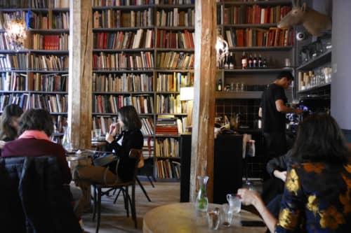 パリのセレクトショップメルシーのライブラリーカフェ店内 天井まで本がぎっしり!