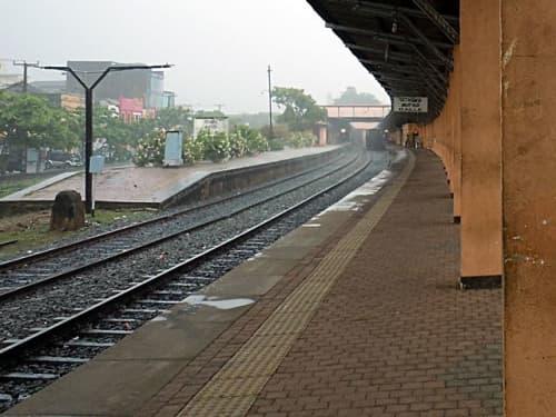 スリランカの風景 駅のホーム