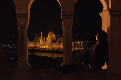 夜のブダペストの街並み