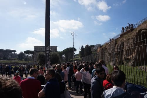 ローマ コロッセオの入場チケット待ちの行列