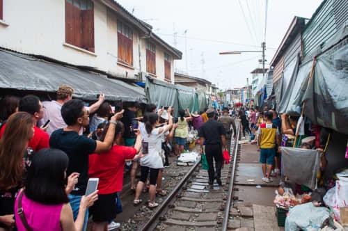 バンコクのメークロン市場
