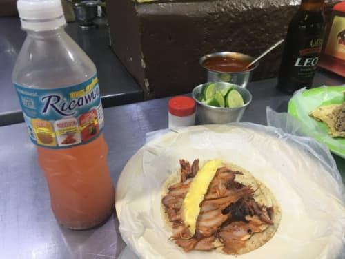 tacos de pastorとチアシード入りドリンク