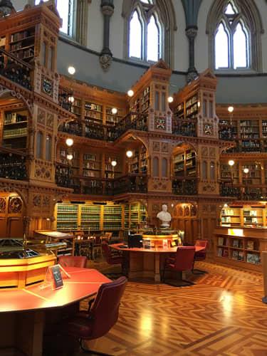 カナダ オタワ カナダ国会議事堂内の国会図書館