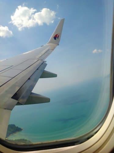 飛行機の窓から見えるランカウイ島