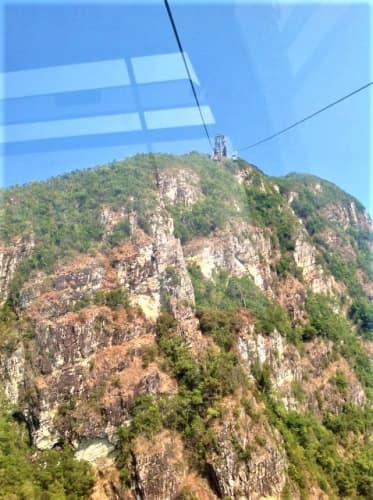 断崖絶壁が目の前に広がるランカウイケーブルカー