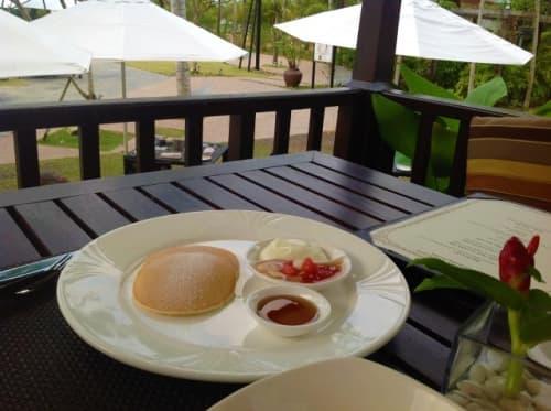 テラス席でのザ・ダナ・ランカウイの朝食ブッフェ