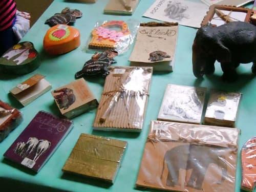 ゾウのフンから作られた紙製品:ピンナワラにて