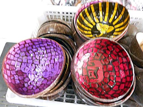 色ガラスのように光沢感のある質感が美しい!ココナッツの実の容器