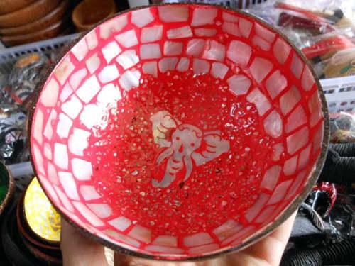 中央のゾウの絵がかわいいココナッツの容器(赤)