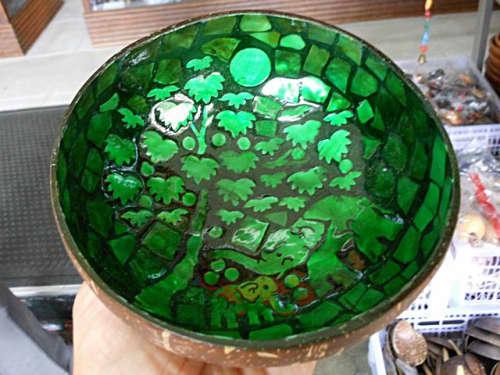 ココナッツの木の下のゾウの親子が描かれたココナッツの容器(緑)