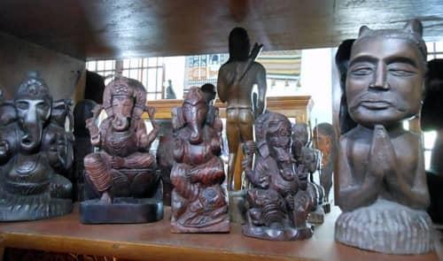 ガネーシャの像も定番。スリランカ人らしい人物の木彫りも。