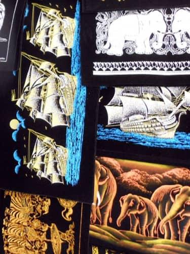 黒布地の絵画:船、ゾウ、ペラヘラ
