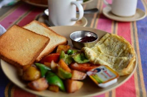 朝食のパンとサラダとオムレツ