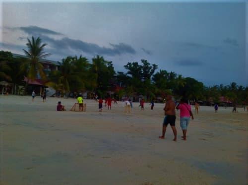 チェナンビーチで過ごす地元の人たち