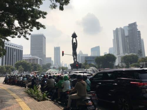 Monumen Pemuda Membangun 像の前の渋滞