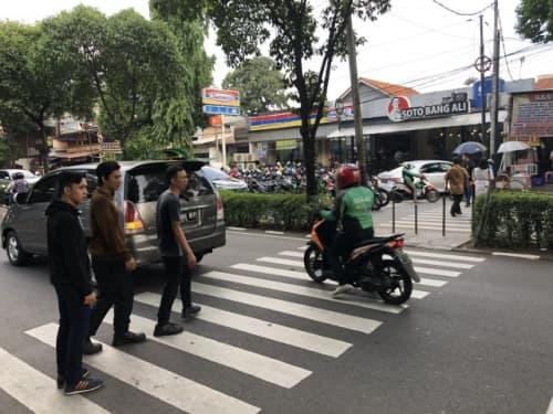 ジャカルタの道路を横断する人