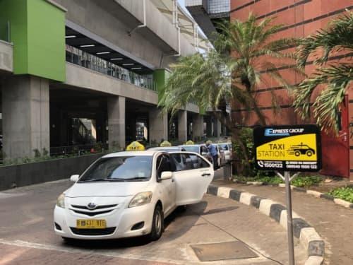 ショッピングモールに待機するタクシー