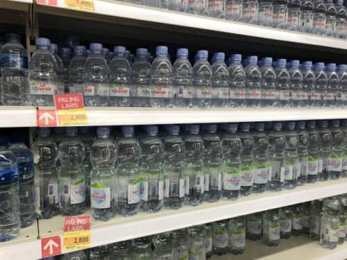 ジャカルタのスーパーに並ぶミネラルウォーター