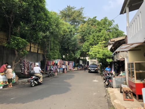 ジャカルタの路地に並ぶお店
