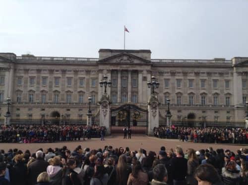 バッキンガム宮殿、衛兵交替式開始前