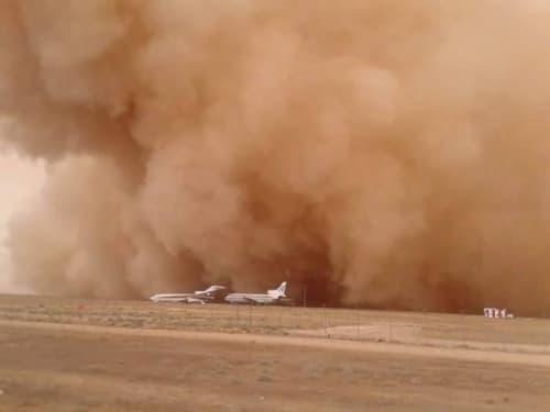 空港を襲う砂嵐