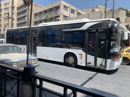 アンマン ダウンタウンを走る、新しい大型バス。