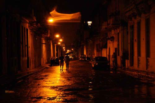 夜のハバナ市内にて