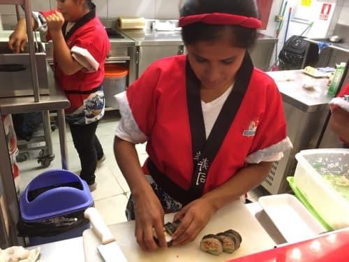 巻きずしを作るペルー人スタッフ