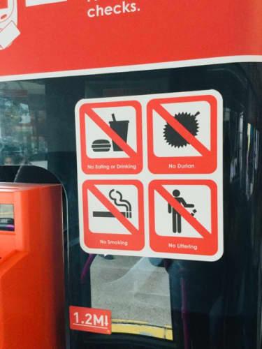 バス内にかかげられた禁止マーク