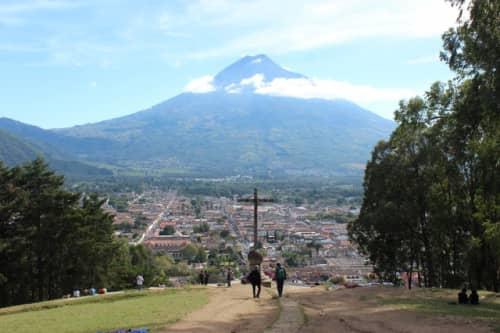 十字架の丘から見たアグア火山とアンティグアの街