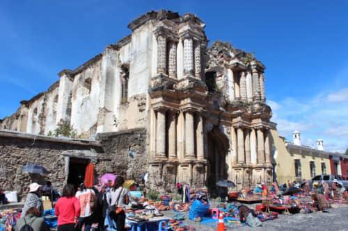 週末は教会跡の前で活気のある青空市場が開かれます。