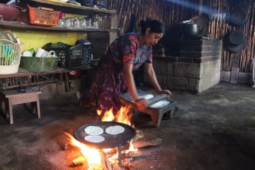 トウモロコシの粉で作ったトルティーヤを焼いています。