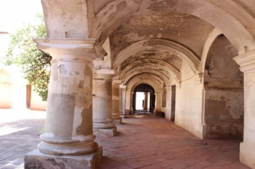 修道院内のアーチ