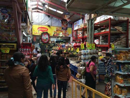 店内は倉庫のような雰囲気です。