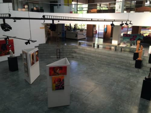 ファブリック以外にもオブジェや絵画も展示しています。