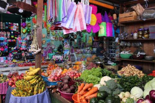 きれいにカゴに盛られた野菜と果物