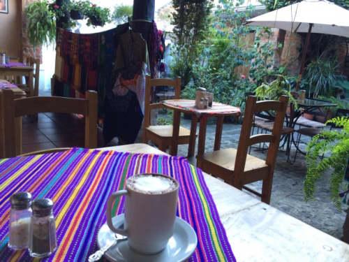 カフェでコーヒーを飲みながら一息