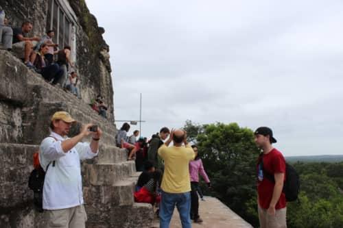 4号神殿で記念撮影をする観光客