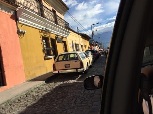 グアテマラは路上駐車が多かったです。