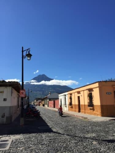 アンティグアの街並みと火山