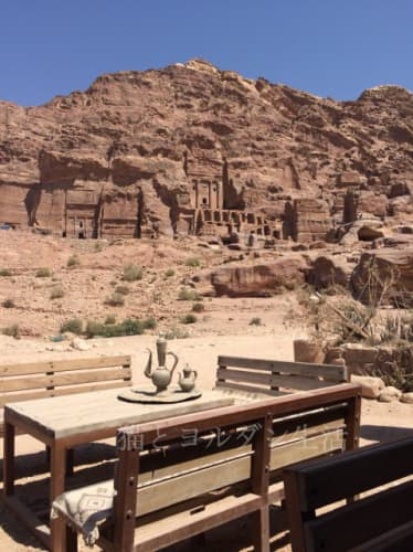 カスル・アル・ビントまでの途中にある休憩所から眺めた岩窟遺跡群
