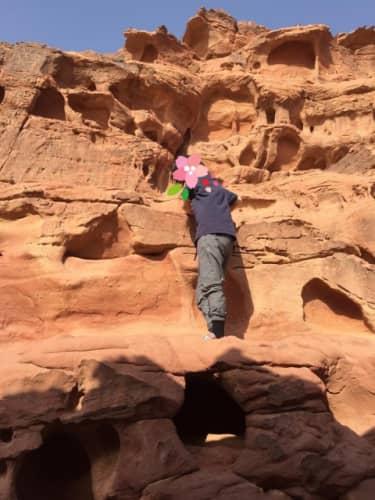 ワディラムの岩山を登る私