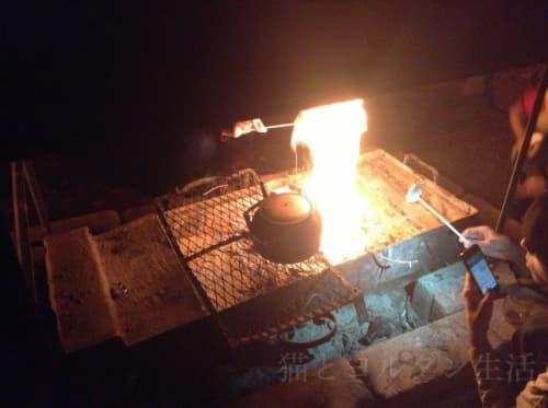 ベドウィンキャンプのテントで、焼きマシュマロ。