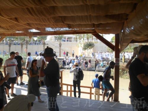 川の手前がヨルダン、向こう側がパレスチナ自治区