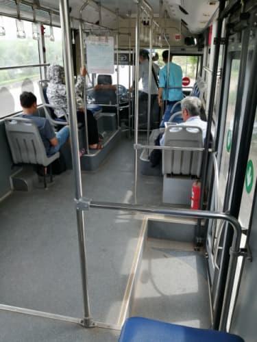 頭巾をしたバス客