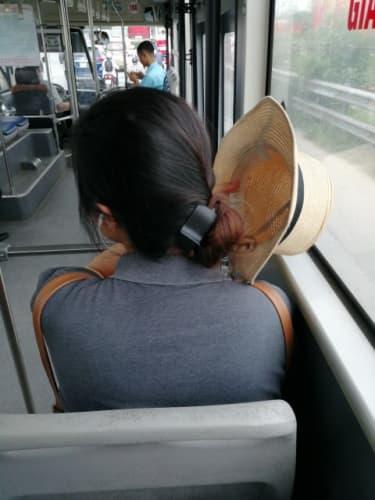 帽子を取る女性