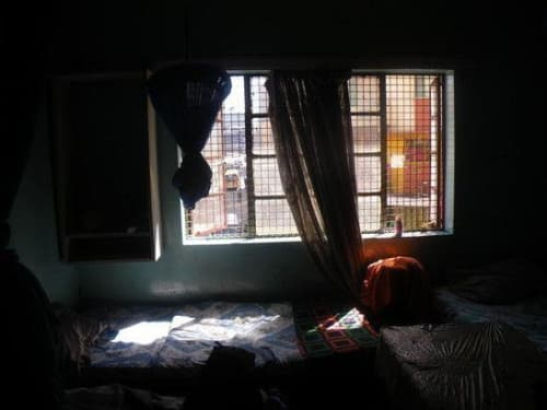 ケニアのホテルと鉄格子