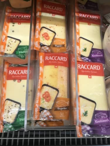 3種類の味が並ぶラクレットチーズ