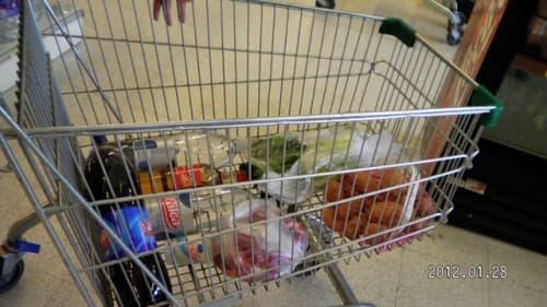 スーパーでお買い物している写真