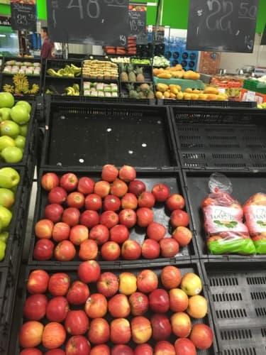 スーパーマーケットで売られるフルーツ類